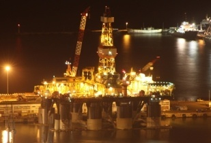 Oil rig in Cape Town Harbour. (Image source: Derek Keats/Flickr)